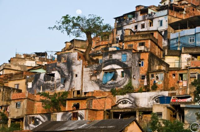 28_millimetres_-_women_are_heroes_action_dans_la_favela_morro_da_providencia_arbre_lune_horizontale_rio_de_janeiro_2008